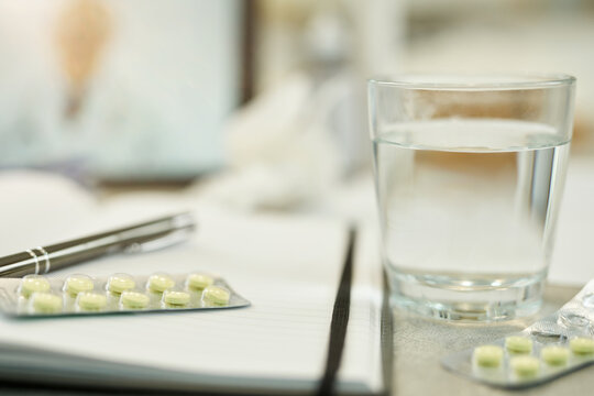 Importance of taking pills with efficient amounts of water
