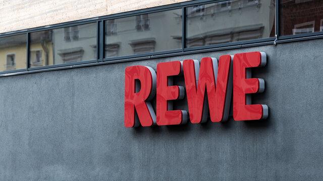 Deutschland , Forst , 22.11.2020 , Schriftzug der Supermarktkette REWE an der Fassade eines REWE Marktes
