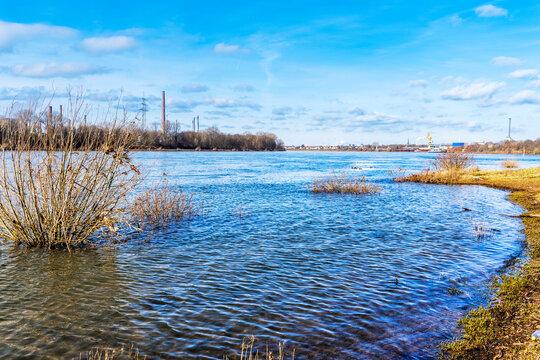 Der Rhein im Chemiegürtel im südlichen Umland Kölns