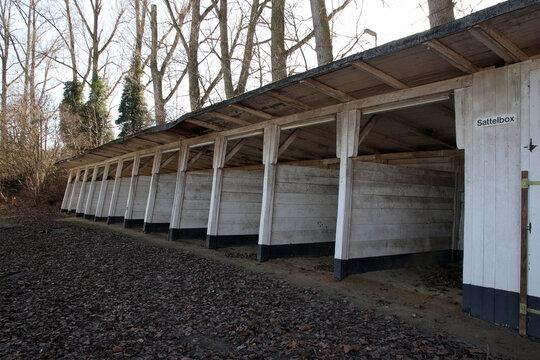 sattelboxen auf ehemaliger pferderennbahn