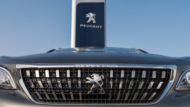 Calandre d'une Peugeot 3008 devant une concession automobile