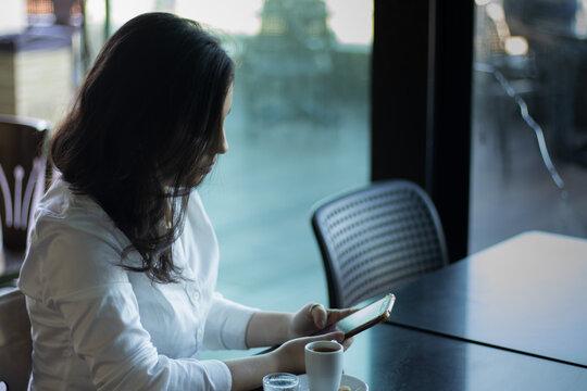 mulher lendo escrevendo no celular