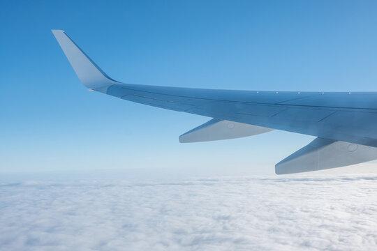 Vistas áreas del ala de un avión desde el interior de la cabina