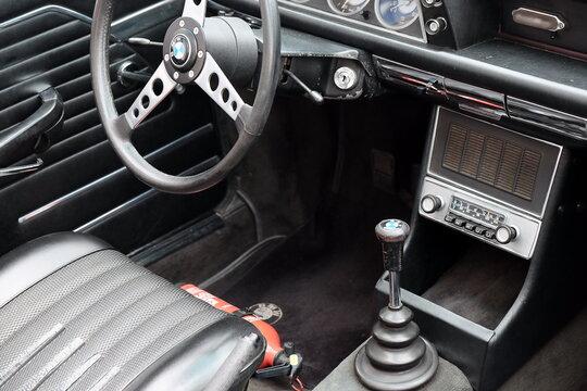 Cockpit eines sportlichen BMW 2002 der Siebziger Jahre mit Sportlenkrad und Feuerlöscher am 27.07.2019 bei den Golden Oldies in Wettenberg Krofdorf-Gleiberg bei Gießen in Hessen