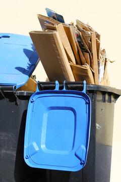Mülltrennung - Sammlung von Papier und Pappe in der blauen Tonne, recycling von Papier