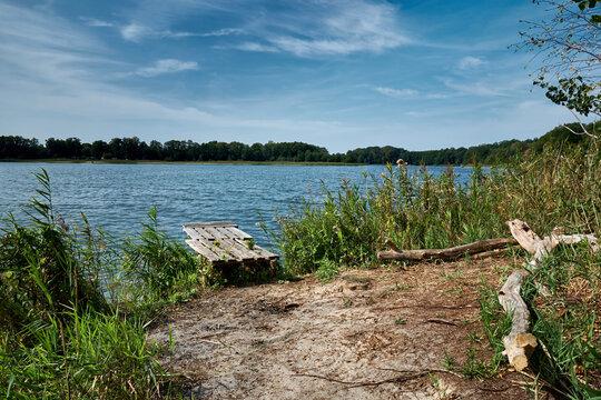 Holzsteg mit Feuerstelle am 66-Seen-Weg nördlich des Großen Seddiner Sees