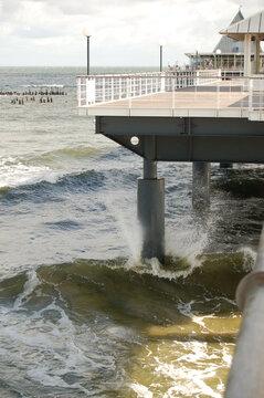 Hohe Wellen an der Seebrücke