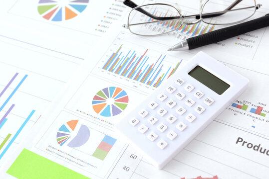 ビジネスチャートと電卓