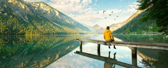 Blick über den See in die Berge