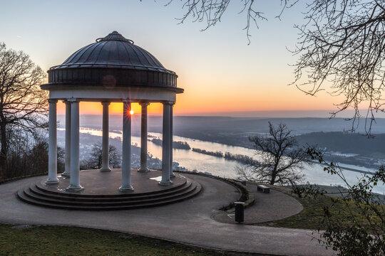 Pavillion im Sonnenaufgang am Rhein