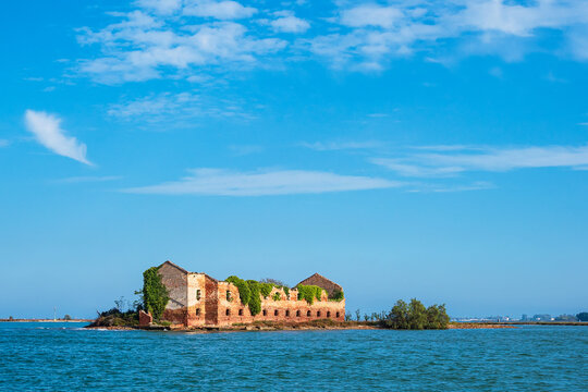 Blick auf die Insel Madonna del Monte bei Venedig in Italien