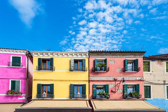 Bunte Gebäude auf der Insel Burano bei Venedig, Italien