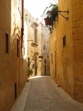 Wąski uliczki w starym cichym miasteczku na Malcie