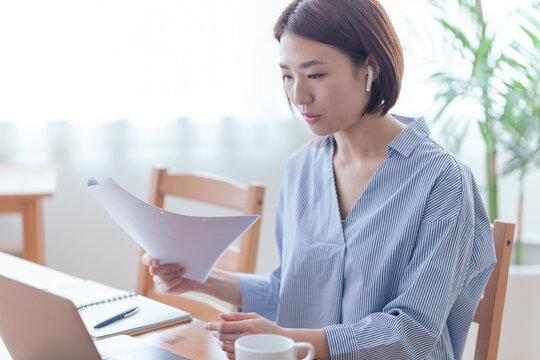 オンライン会議中の女性