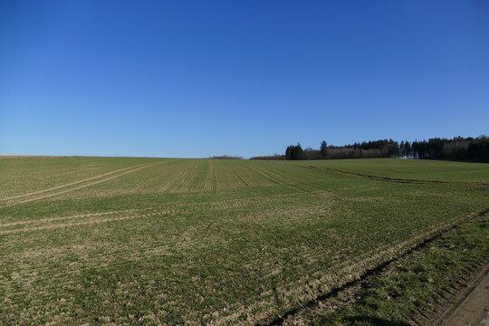 wunderschöne Landschaft in Bayern - Wald, Wiese, Acker, Felder - Leben auf dem Land