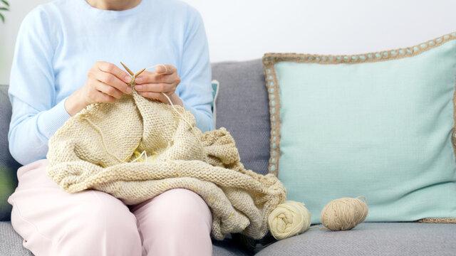 編み物をするミドル女性 おうち時間
