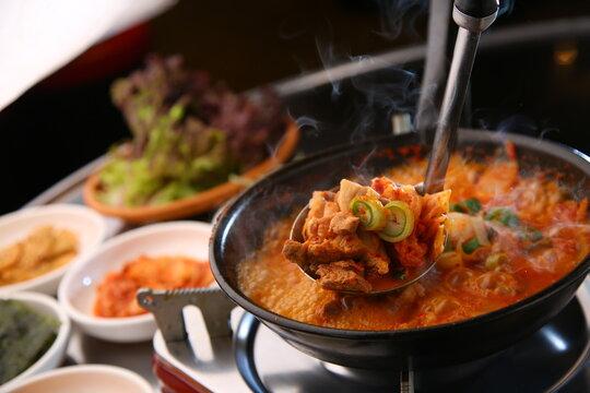 Kimchi Jjigae, a traditional Korean food that boils and tastes delicious 끓여서 맛있게 맛보는 전통 한식 김치 찌개