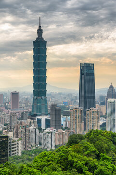 Awesome view of Taipei from top of mountain at sunset