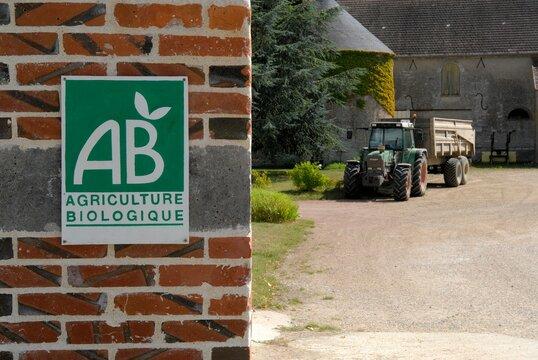 Pancarte label Bio à l'entrée d'un corps de ferme
