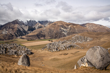Obraz Scenic view of hills and rock formations in the Castle Hill conservation area or Kura Tawhiti - fototapety do salonu