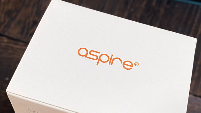 ASPIREのVAPEを通販で購入。禁煙/節煙/煙草税・タバコ代値上げ対策。電子たばこの外箱。ロゴクローズアップ。2021年3月撮影/日本