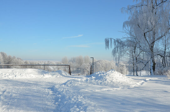 Winterlandschaft im Raureif unter sehr viel Schnee im Park