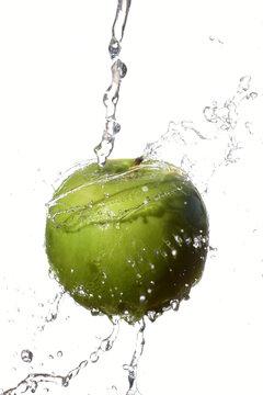 manzana verde y fresca con fondo blanco