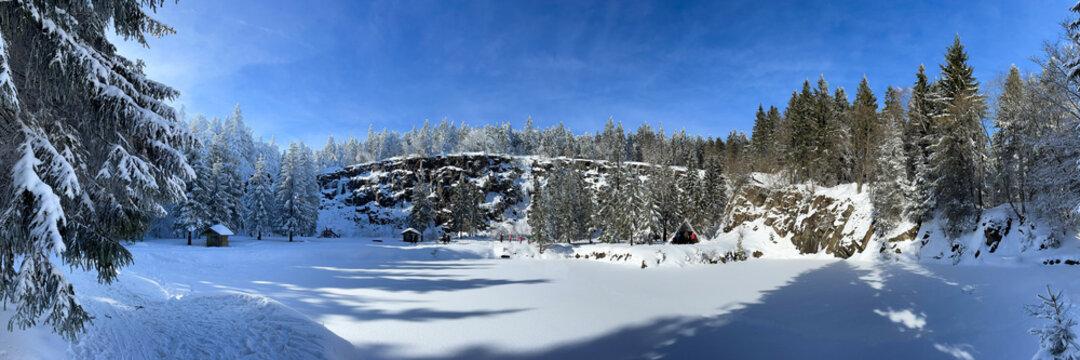 Panorama Winterlandschaft am Bergsee Ebertswiese