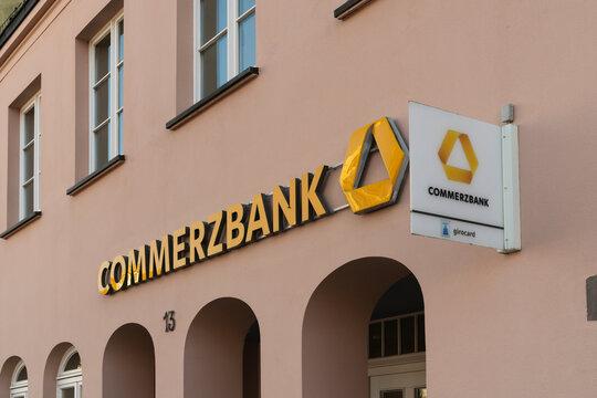 Deutschland , Lübben , 05.03.2021 , Schriftzug und Logo der Commerzbank an einer Fassade
