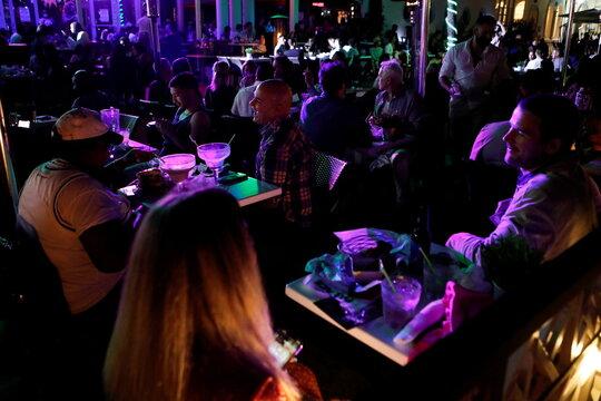 Despite COVID risks, spring breakers flock to South Florida