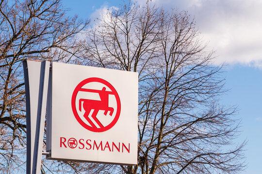 Deutschland , Lübben , 05.03.2021 , Wegweiser zum  Drogerie Shop von Rossmann