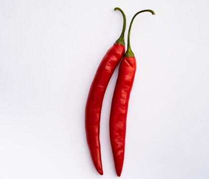 Ein Paar Chili auf weissem Hintergrund