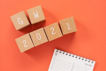 Fototapeta 2021年のゴールデンウィーク 「GW 2021」と書かれた積み木ブロックとカレンダー obraz