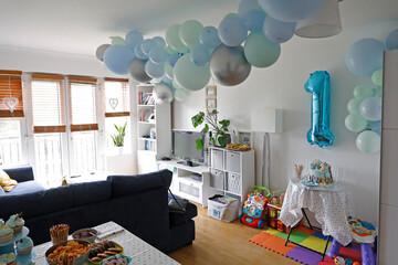 Obraz urodzinowy pokój dziecka wystrojony balonami - fototapety do salonu
