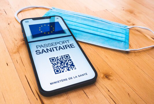 Passeport sanitaire - Pass sanitaire - Passe sanitaire - Concept de certificat de vaccination européen sur un téléphone portable pour voyager - Vaccination contre le Covid 19 en Europe - France