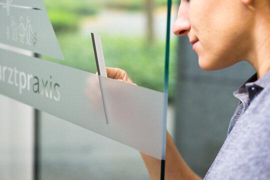Fensterfolierung mit Klebefolie bei Fensterbeschriftung / Werbetechnik