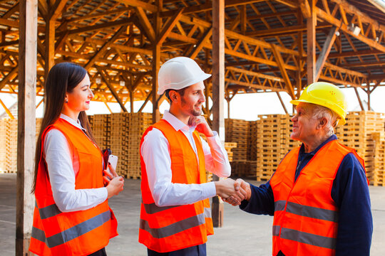 Satisfied customers are thankful to foreman after project fulfilment