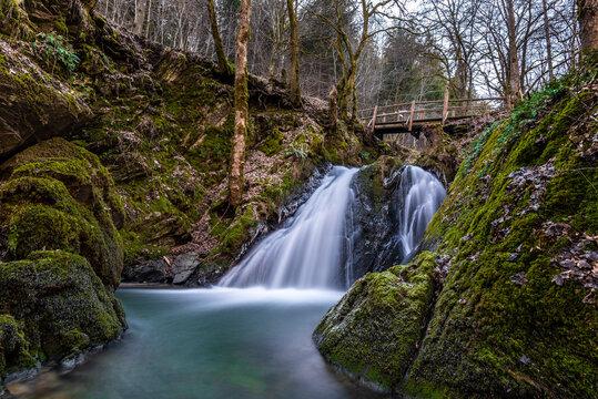 Wasserfall mit Brücke