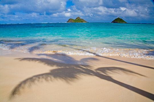 USA, Hawaii, Oahu, Lanikai Beach with tropical blue water and islands off shore