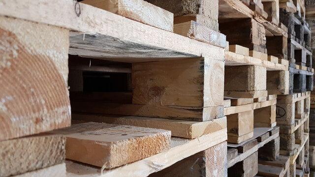 Gestapelte Holzpaletten im Lager in der Nahaufnahme