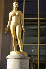 Statue dorée place du Trocadéro à Paris, France