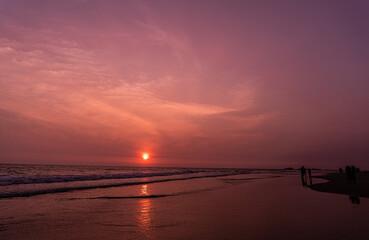 Niebiesko fioletowy mroczny zachód słońca, krajobraz wybrzeża z oceanem.