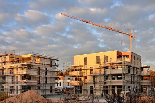Urbaner Wohnungsbau - Baustelle mit Baukran