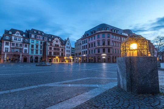 Der Marktplatz in Mainz am frühen Morgen