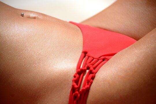 Gros plan de corps de jeune femme en train de bronzer 3