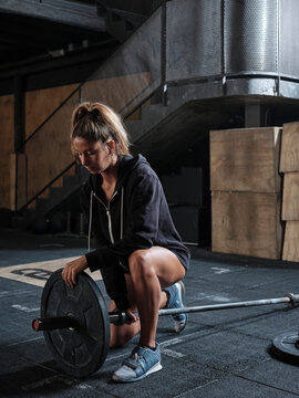 Young woman preparing weightlifting in the gym