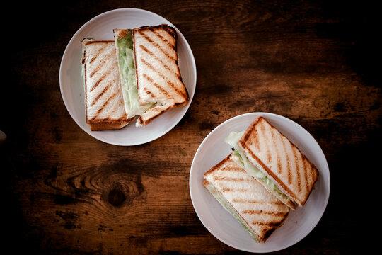 テーブルに置かれたサンドイッチ