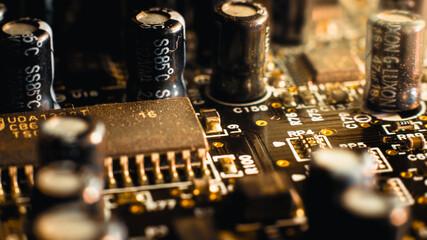 Układy scalone, kondensatory i ścieżki elekrtoniczne karty dźwiękowej od komputera - fototapety na wymiar
