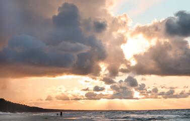 Niebo o zachodzie słońca nad morzem Bałtyckim