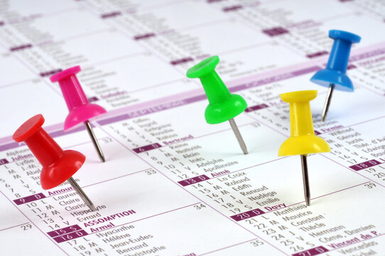 Rendez-vous noté sur un calendrier avec des punaises de différentes couleurs